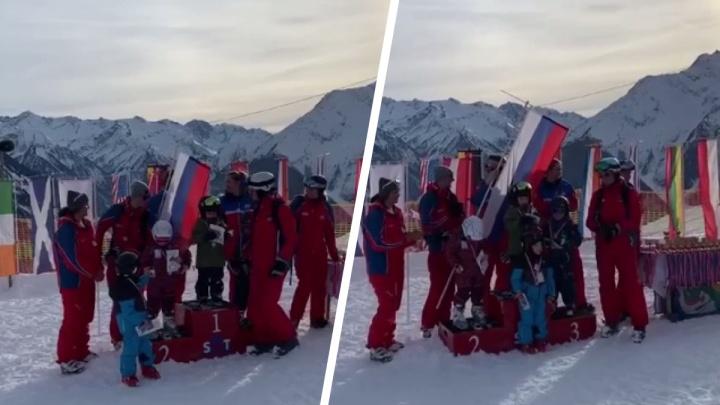 На детских соревнованиях в Австрии включили гимн СССР в честь победителя из России — курьезное видео