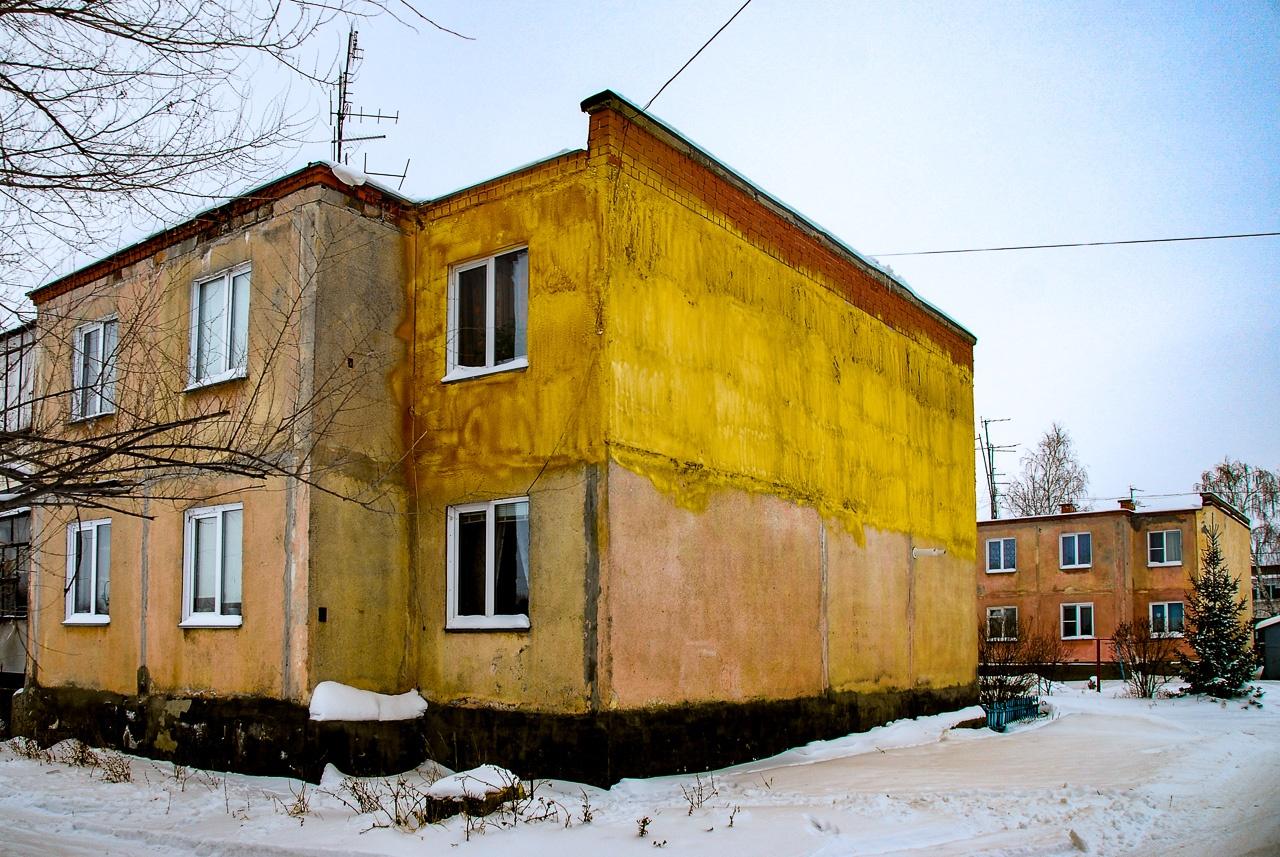 В Октябрьском — чуть больше тысячи жителей. «Стиль» в архитектуре задают куцые двухэтажные панельки