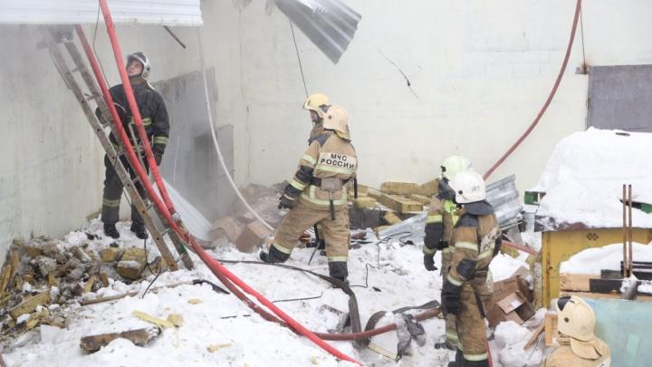 «Один взрыв был с огнем»: очевидцы рассказали о первых минутах крупного пожара на складе сладостей