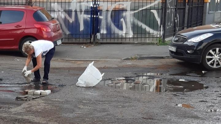 Принесла в пакете: ярославна заделала огромную яму кирпичами