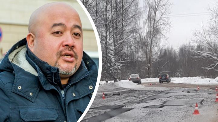 «На совести подрядчика»: дорожный активист прокомментировал видео, где асфальт укладывают в снег