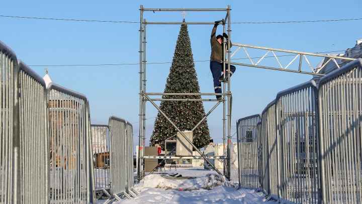 «Горьковская елка» закончилась. Смотрим, как разбирают главную новогоднюю площадку города