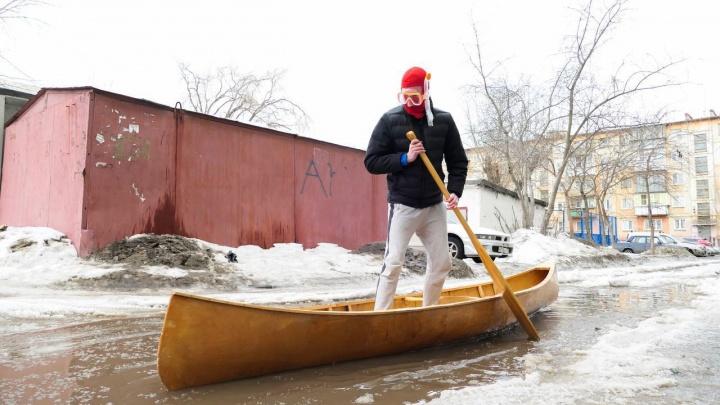 «А мэру рассказывают, что всё хорошо»: челябинцы пересели на лодки из-за огромных луж на дорогах