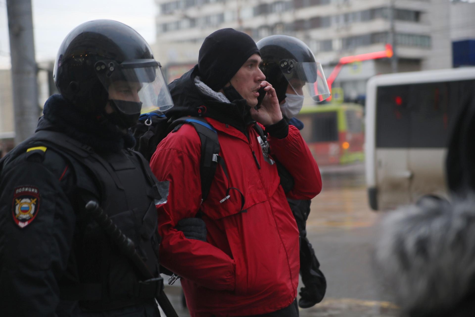 Выступавшего Илью Кравченко ведут в автозак, даже не мешая разговаривать по телефону