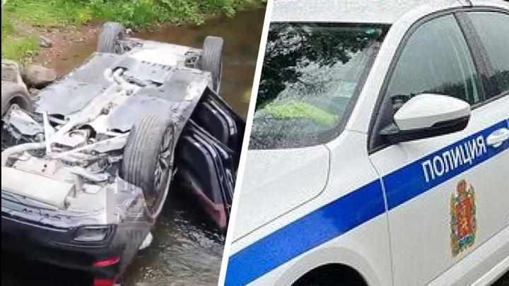 «Никто BMW не терял?»: сотрудники ГИБДД разыскивают владельца автомобиля, застрявшего в реке
