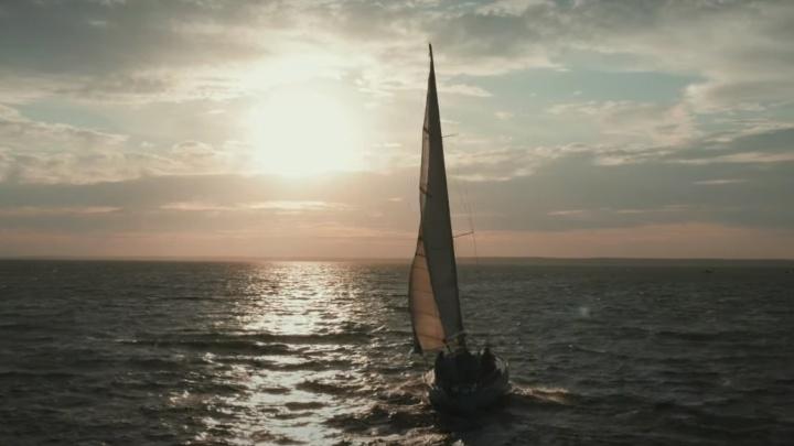 Блогер снял роскошный закат на Оби и парусную яхту — посмотрите на эти завораживающие кадры