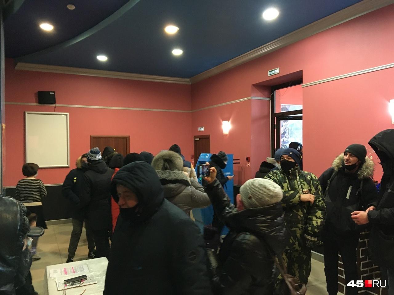 Участники митинга ходили греться в кинотеатр