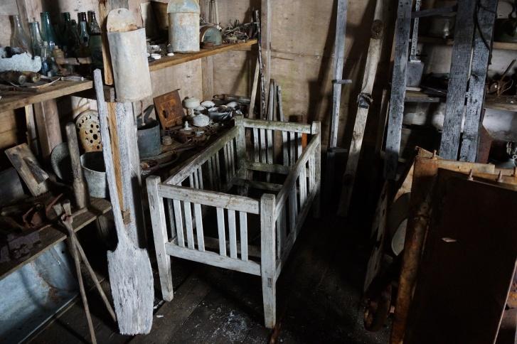 Множество вещей, оставленных полярниками на острове. Лучше всего сохранились деревянные