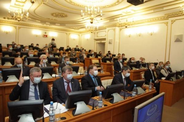 Председатель Курганской областной думы Дмитрий Фролов сообщил, что Хахалов с учетом ситуации вокруг жестокой охоты на волков принял верное решение об уходе из парламента