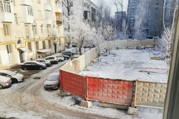 На стройплощадке уже установили забор