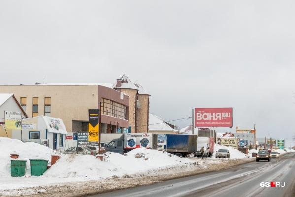 Вдоль Алма-Атинской работают кафе и строительные магазины