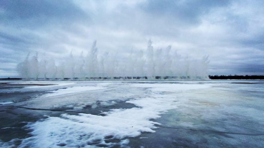 Грохот и фонтаны: смотрите, как эпично взрывают лед наСеверной Двине