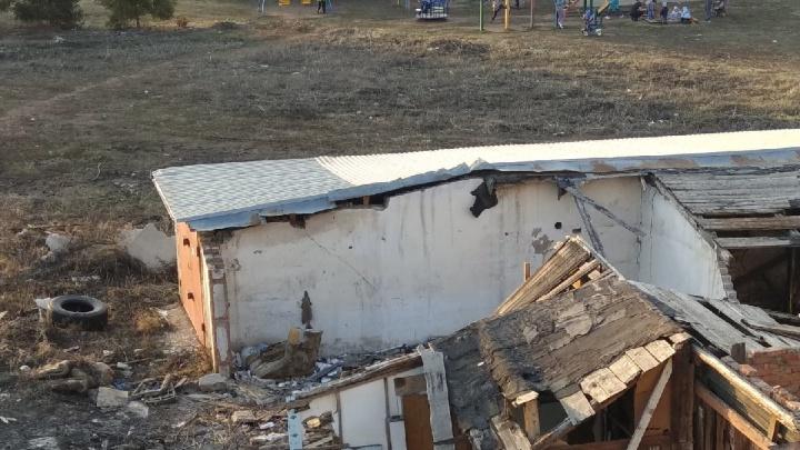 В Башкирии у детской площадки местные жители устроили свалку