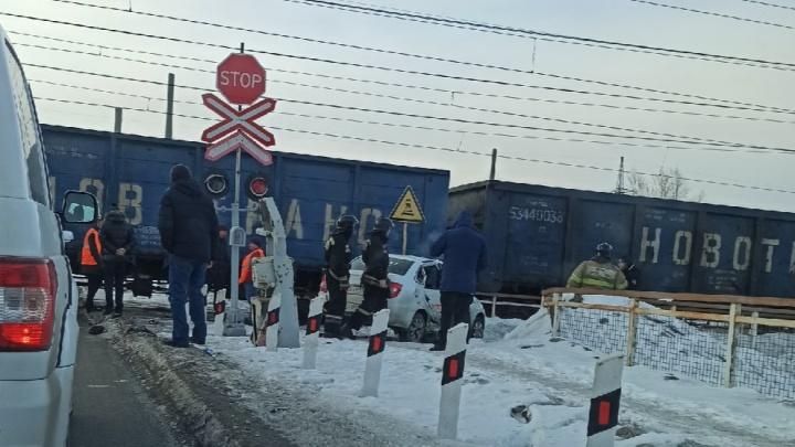 «Водила за 100 рублей на заявку торопился»: на переезде в Челябинске поезд протаранил такси
