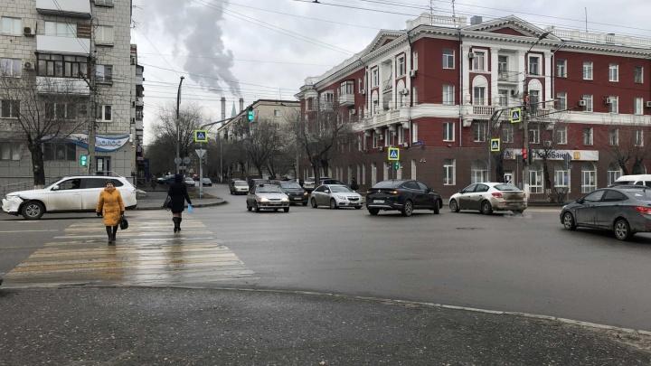 Никогда такого не было, и вот опять: на аварийном перекрестке в центре Волгограда не разъехались два кроссовера