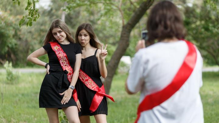 В Волгограде отзвенели последние звонки. Смотрим на последние моменты детства наших выпускников
