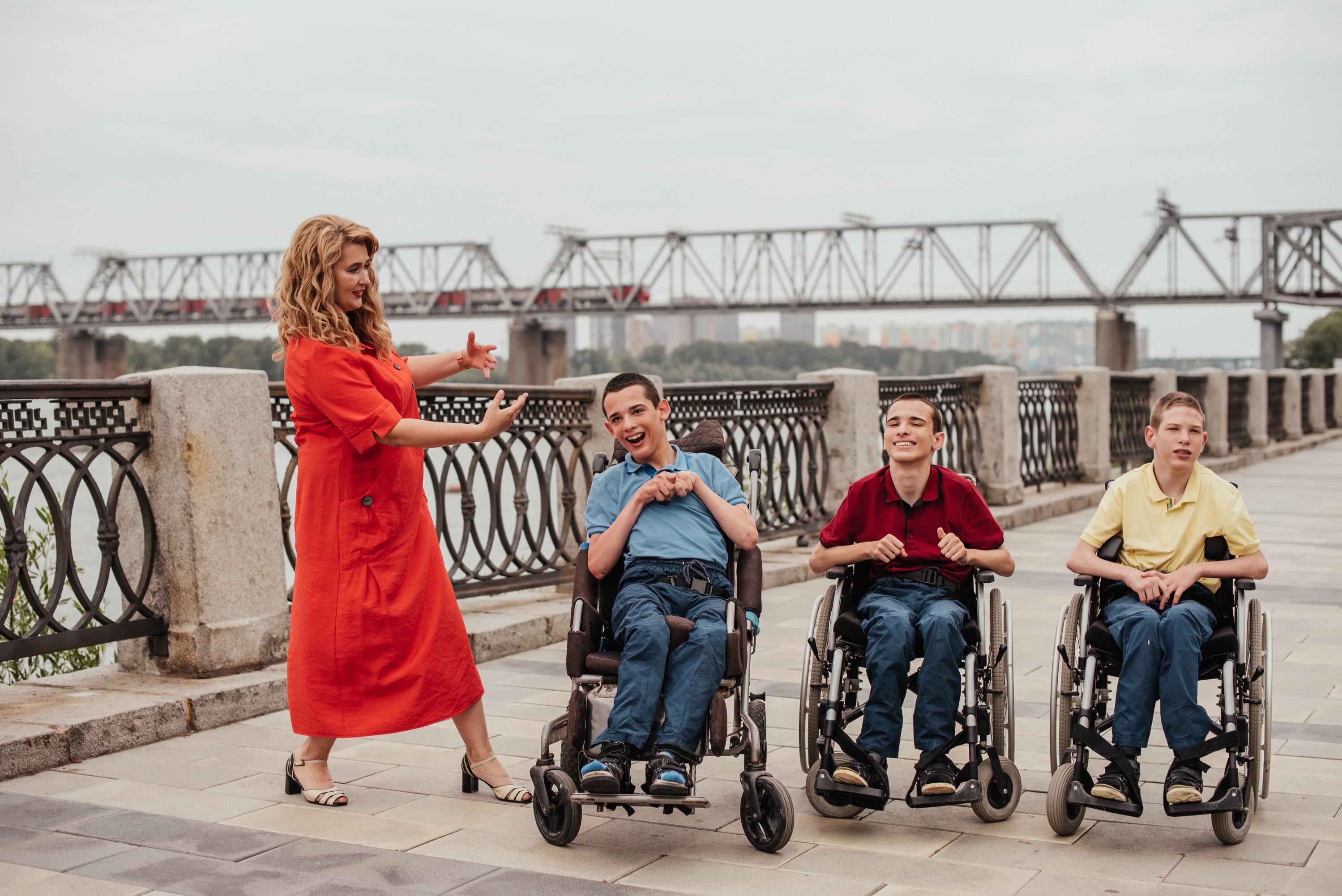 О себе и сыновьях Екатерина Аронова рассказывает на своем YouTube-канале, который называется«Ароновы Лайф. Тройня с ДЦП»