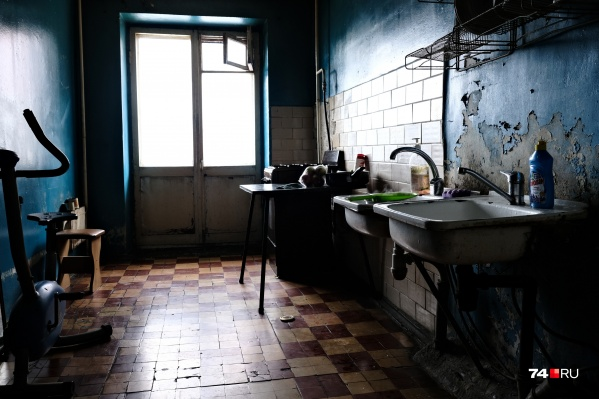 Некоторые помещения напоминают декорации к фильмам Алексея Балабанова