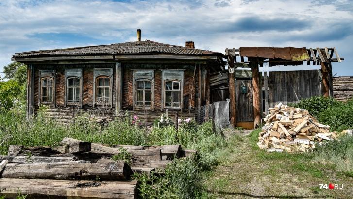 Много домов старых, но жилых
