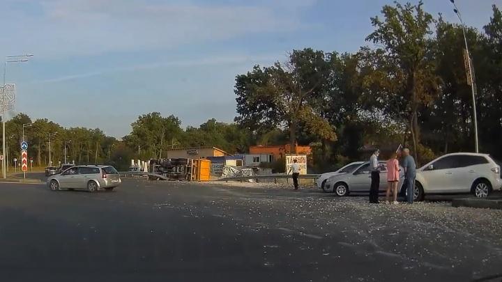 Пробил ограждение и упал: появилось видео последствий ДТП с грузовиком в Самаре