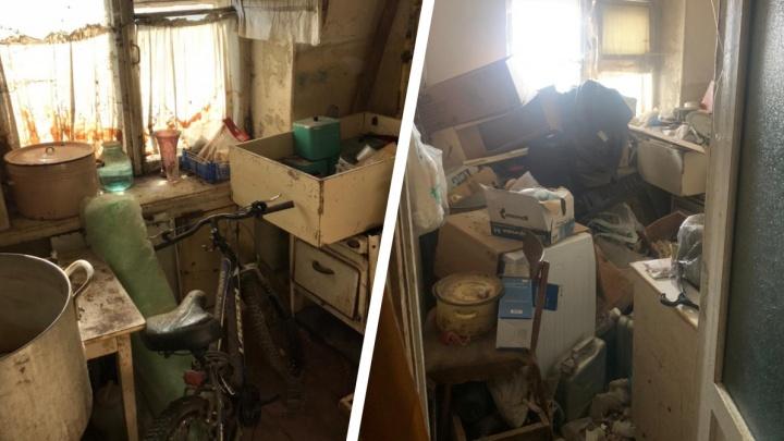 В Омске клининговая компания вывезла из муниципальной квартиры 2 тонны мусора