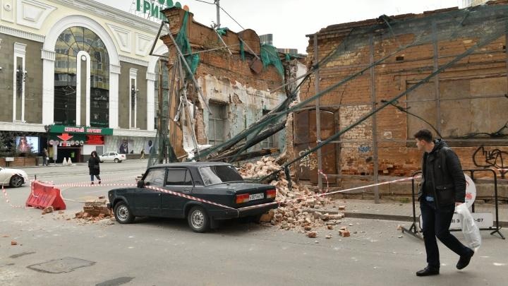 Владелец машины, на которую упали обломки здания на Радищева, собирается судиться с его владельцем