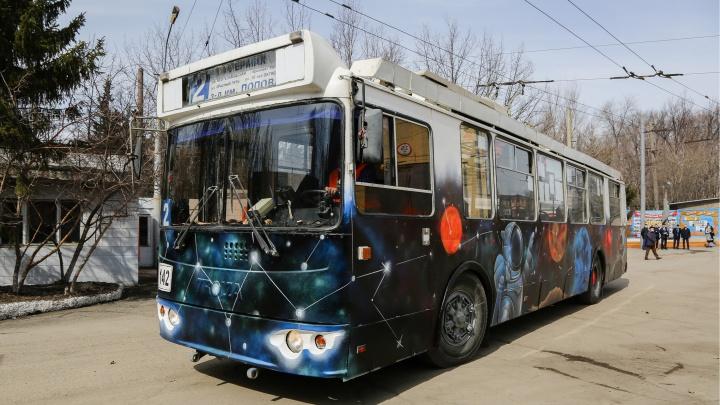 «Поехали!»: в Омске на маршрут вышел троллейбус с космонавтом, выдувающим планеты-пузыри