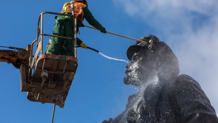 В Красноярске отмывают памятники после зимы. Начали с Ленина