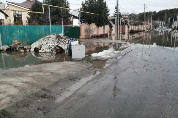 Вода залила целую улицу