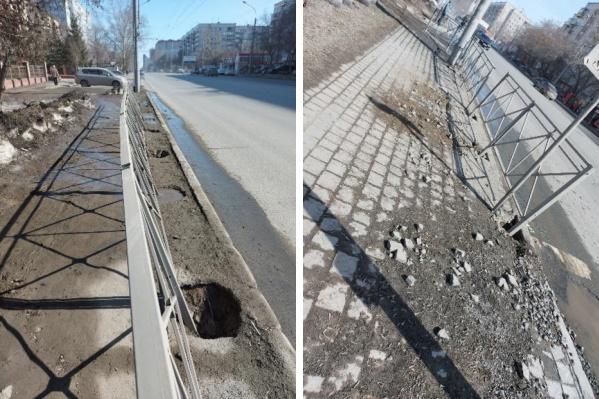 На тротуаре сделали глубокие ямы, которые никто не засыпал