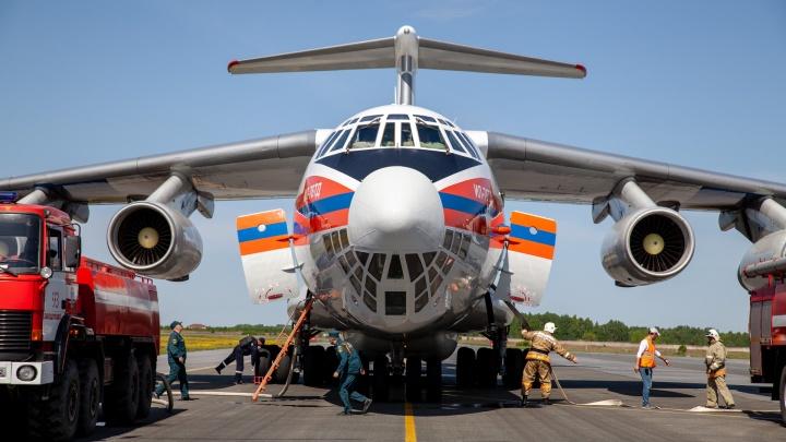 Могут сбросить 4 тонны воды за минуту: как один самолет и пять вертолетов тушат горящие тюменские леса