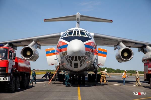 Так происходит в Рощино набор воды в самолет-танкер Ил-76, который борется сейчас с природными пожарами в Тюменской области