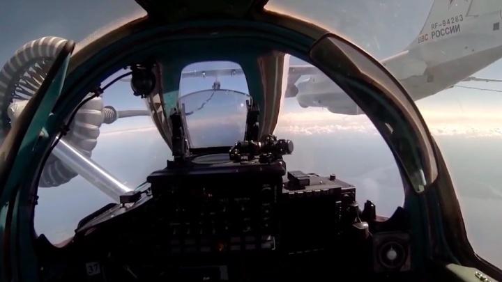 Летчики красноярского авиаполка выполнили дозаправку военного истребителя в воздухе