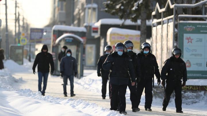 Первые кадры с протестной акции в Новосибирске — одного из участников силовики увели под руки