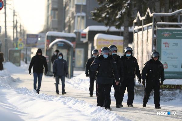 Полицейские начали стягиваться на площадь к 12:00