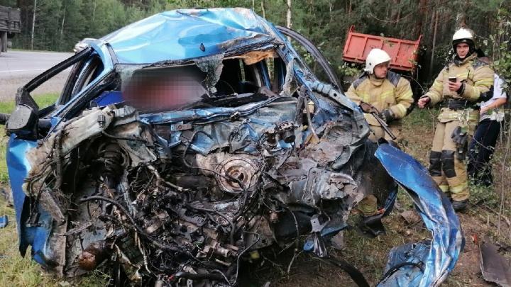На трассе Челябинск — Екатеринбург погиб водитель иномарки, врезавшейся в КАМАЗ