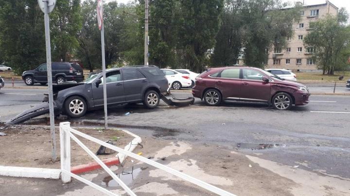 В Тольятти водитель Cadillac оборвал троллейбусные провода и отправил в больницу водителя Lexus