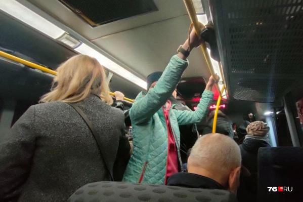 Из Ярославля в Рыбинск и обратно людям приходится ездить в автобусах стоя