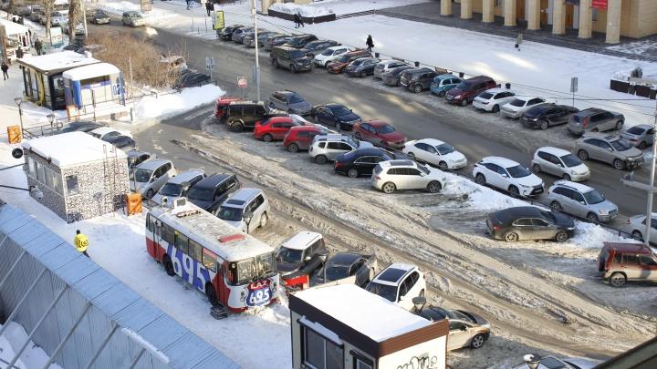 В центре Новосибирска обнаружилась ничья парковка— посмотрите, как ее чистят от снега (показательное фото)