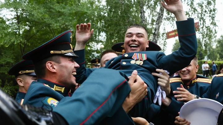 Африканские танцы и шампанское в каске: как в Омском танковом институте прошел выпускной