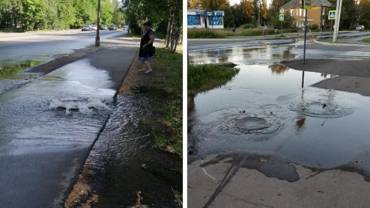 В Архангельске залило дороги водой из канализационных колодцев. Несколько домов — без водоснабжения