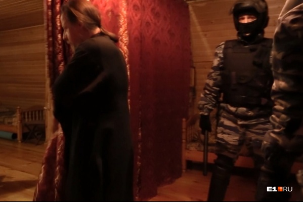ОМОН в келье иерея Сергия Берестова. Позже священнослужитель заявит, что его таскали за бороду