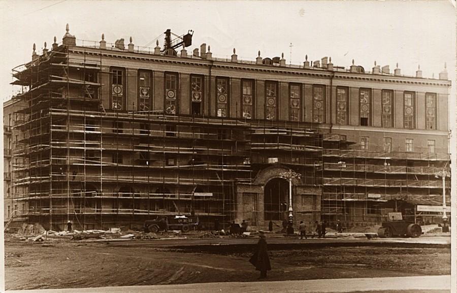 Фотография 1954 года: дом для работников ЗиКа с кинотеатром «Заря» еще строится. На следующий год его сдали<br>