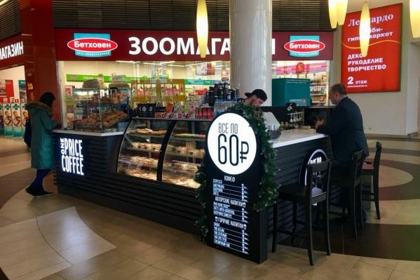 Отличительная особенность кофейных сетей фиксированных цен — белый круг с минимальной ценой напитков и десертов