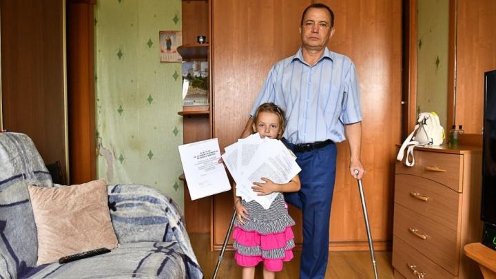 «Под руки, за одну ногу — и выселят»: екатеринбуржец-инвалид с дочкой должен съехать из квартиры за три дня