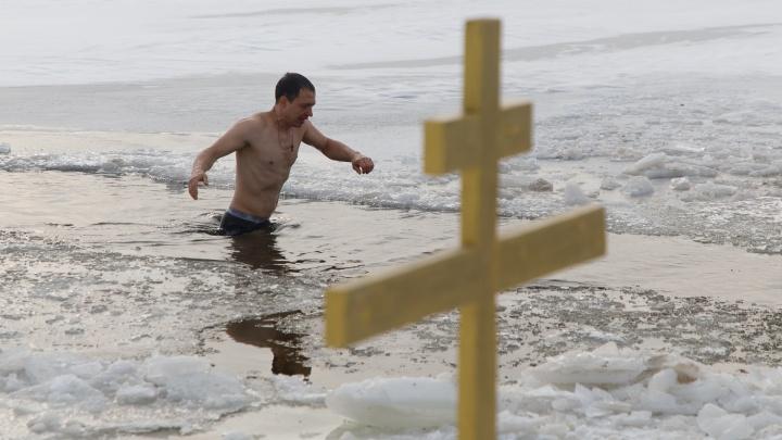 Волгоградцы отпраздновали Крещение омовением в ледяных купелях: онлайн-трансляция