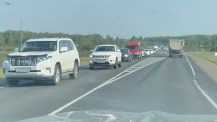 На трассе под Екатеринбургом выросла огромная пробка. Водителей предупредили о реверсивном движении