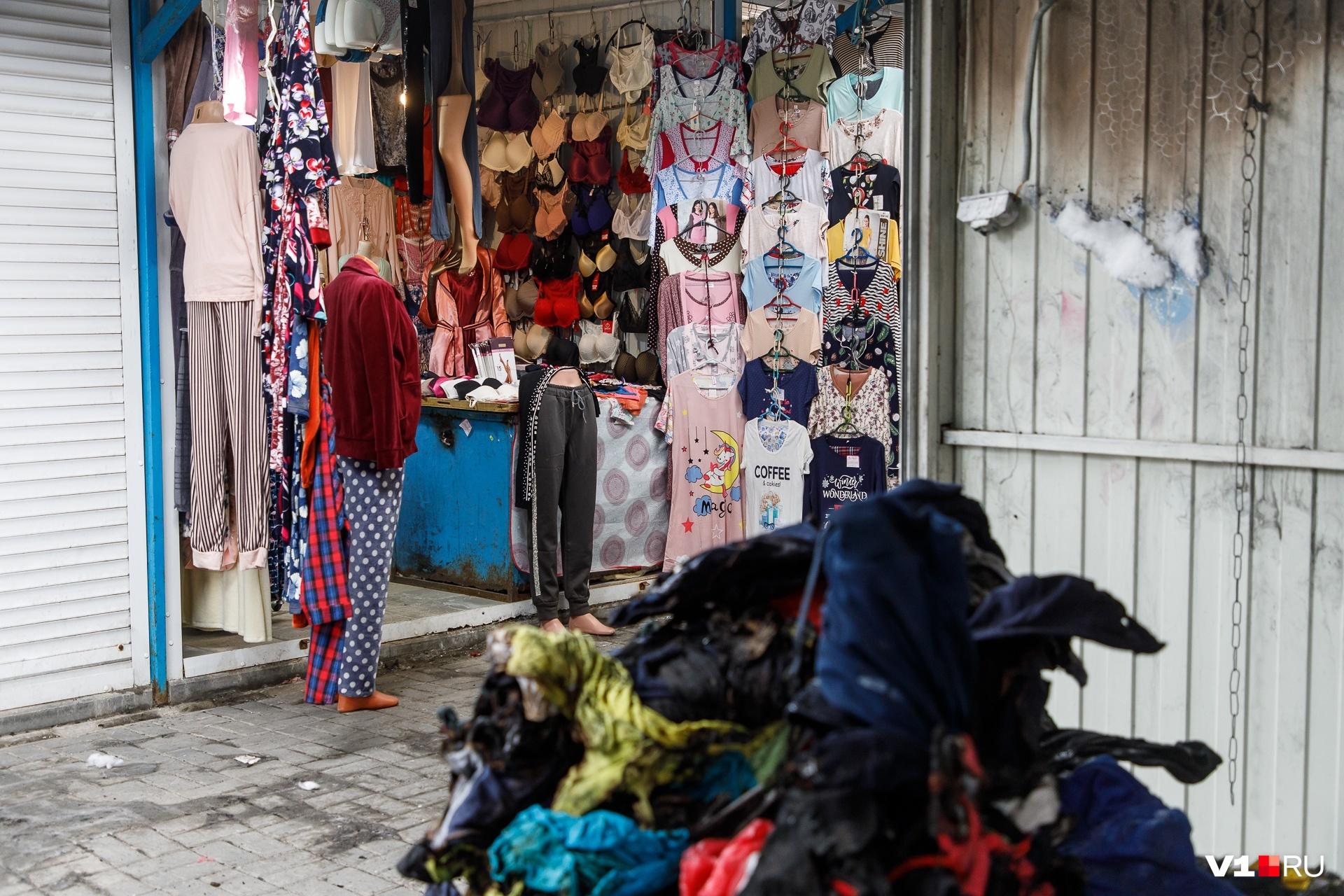 Кучи сгоревшего товара еще лежат рядом с выставленными на продажу вещами