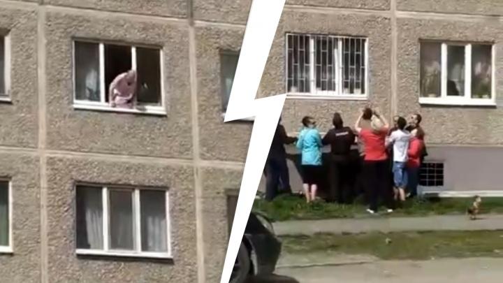 В Екатеринбурге прохожие растянули одеяло, чтобы спасти бабушку, стоявшую на окне
