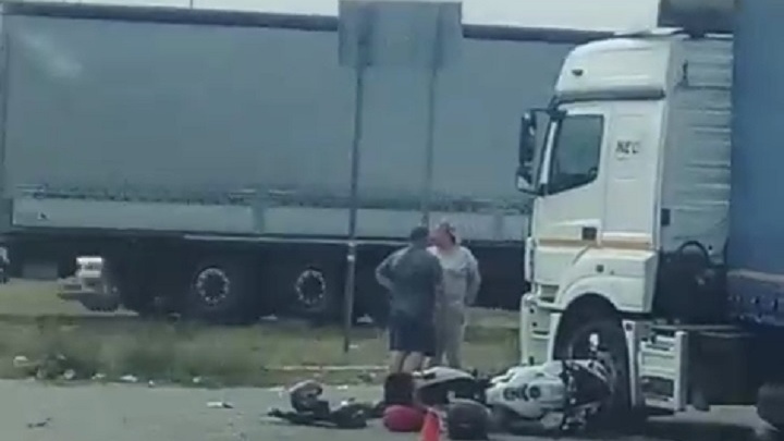 В Волгоградской области мотоциклист выжил после столкновения с фурой